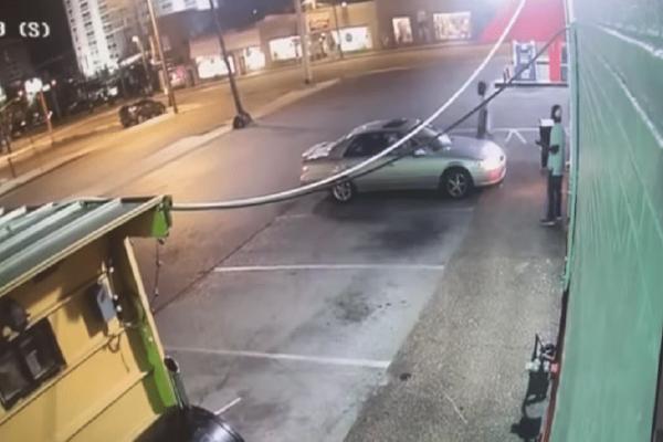 Άγρια επίθεση ενός άνδρα σε μία γυναίκα με αφορμή ένα... τηλέφωνο! (Video)