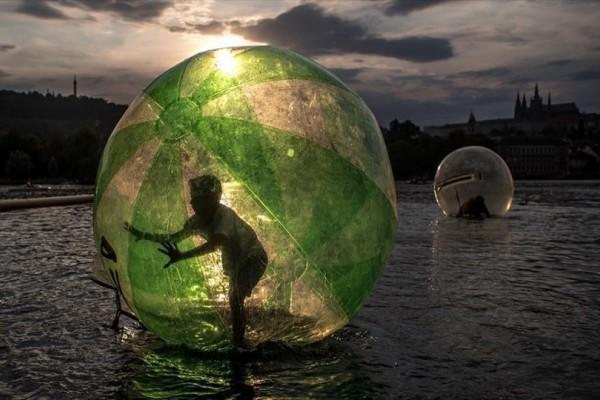 Η φωτογραφία της ημέρας: Ένα αγόρι κάνει σφαιροβασία στον ποταμό Μολδάβα της Τσεχίας!