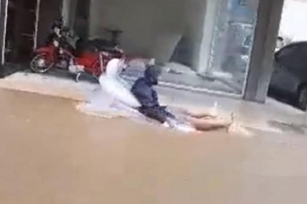 Μενίδι: Ποτάμια έγιναν οι δρόμοι! - Οι κάτοικοι κυκλοφορούν με στρώμα θαλάσσης! (Video)