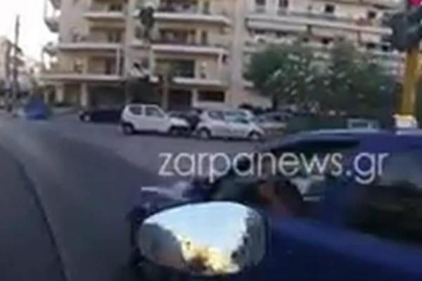 Ασυνείδητος οδηγός ταξί πατάει... γκάζι και περνά με κόκκινο! (video)