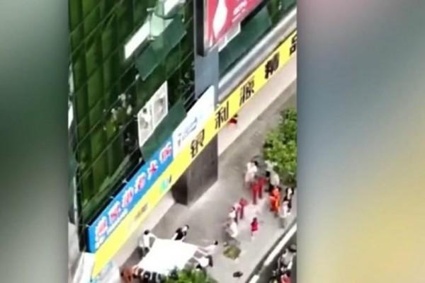 Βίντεο σοκ: Αγόρι έπεσε από τον 4ο όροφο και σώθηκε από...σεντόνι!