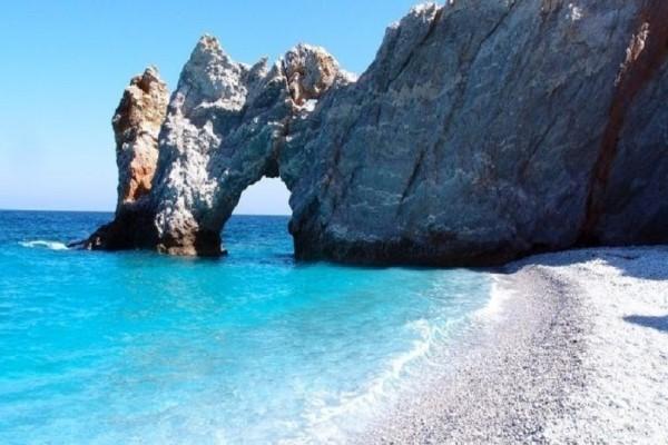 Πρόστιμο 1.000 ευρώ για όσους παίρνουν βότσαλα από παραλία της Σκιάθου!