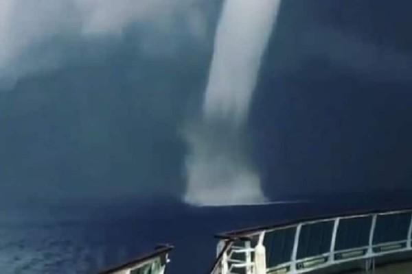 Σαντορίνη: Τεράστιος υδροστρόβιλος σχηματίστηκε στη θάλασσα! (video)