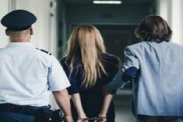 Με χειροπέδες και συνοδεία αστυνομικού στο κρατητήριο πασίγνωστη Ελληνίδα ηθοποιός! (photo)