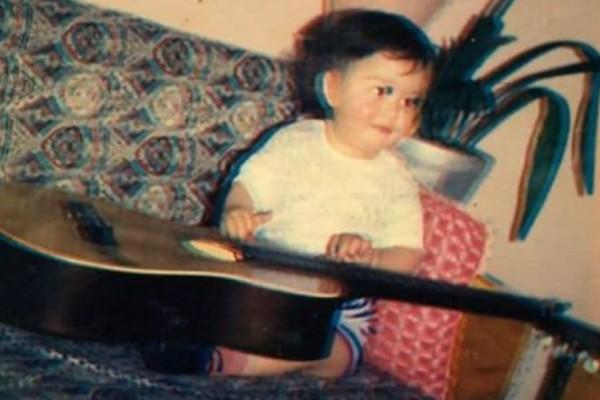 Αναγνωρίζετε το μωράκι της φωτογραφίας; Είναι πασίγνωστος Έλληνας τραγουδιστής!