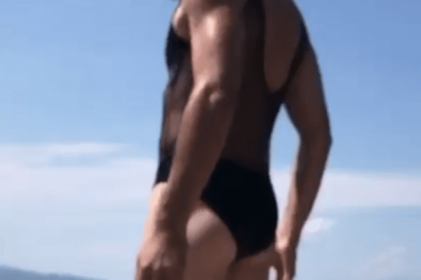 Γνωστός Έλληνας ηθοποιός με μαγιό αλά «Μπόρατ» στις διακοπές του!