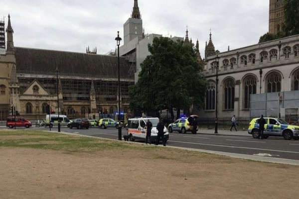 Λονδίνο: Τρομοκρατική επίθεση το αυτοκίνητο που έπεσε στην πύλη του Κοινοβουλίου!