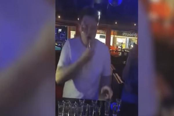 Απίστευτος: Κατάφερε να πιει 30 σφηνάκια σαμπούκα σε 59 δευτερόλεπτα! (Video)
