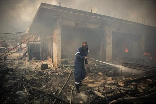 Νέα μαρτυρία σοκ για την τραγωδία στο Μάτι: Τα κουκουνάρια έπεφταν πάνω μας σαν πυροτεχνήματα!