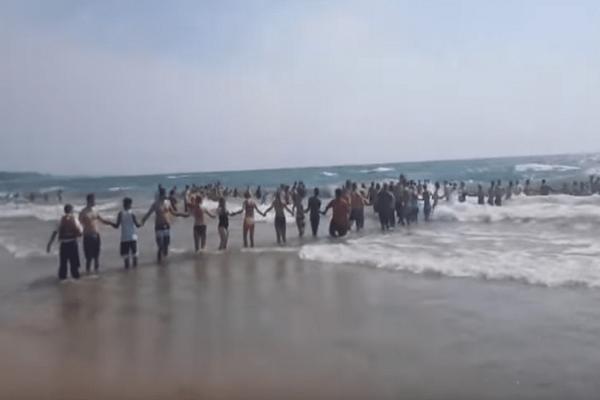Απίστευτο βίντεο: Σχημάτισαν τεράστια ανθρώπινη αλυσίδα για να σώσουν κολυμβητές!