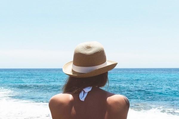 Καπέλο στην παραλία; - Πώς θα το συνδυάσεις σωστά για να τραβήξεις τα βλέμματα!