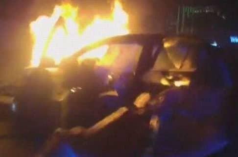 Βίντεο σοκ! Δραματική διάσωση αναίσθητου επιβάτη από φλεγόμενο αυτοκίνητο!