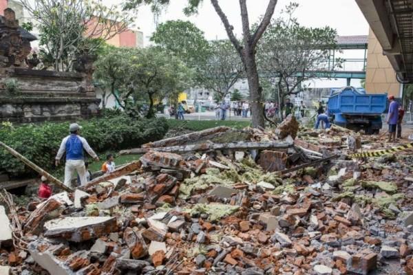 Ινδονησία: Στους 98 οι νεκροί από το σεισμό