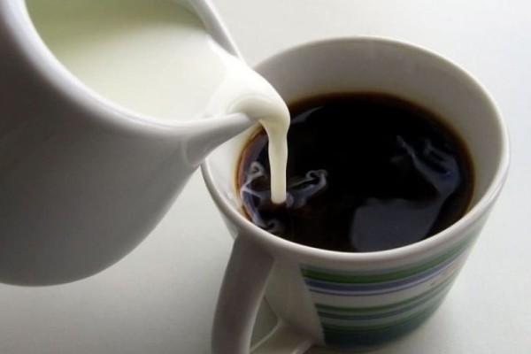 Γιατί ΔΕΝ πρέπει να βάζετε γάλα στον καφέ σας!