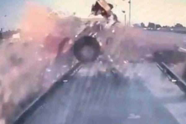 Τροχαίο - σοκ: ΙΧ διαλύει φορτηγάκι σε αυτοκινητόδρομο (video)