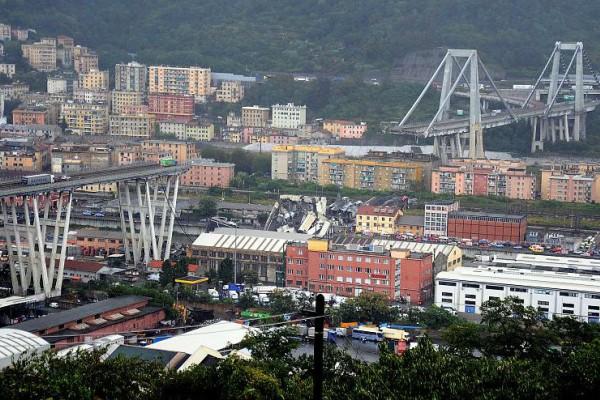 Φωτογραφία σοκ: Η ερειπωμένη γέφυρα στην Γένοβα λίγο πριν την κατάρρευση (photo+video)