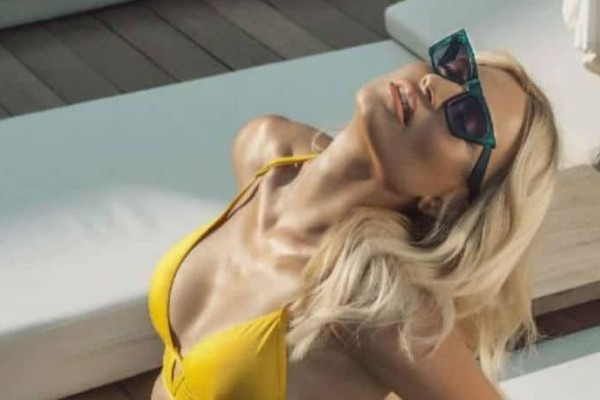 Φαίη Σκορδά: Δείτε τη να δαμάζει τα κύματα σαν άλλη... αμαζόνα! (video)