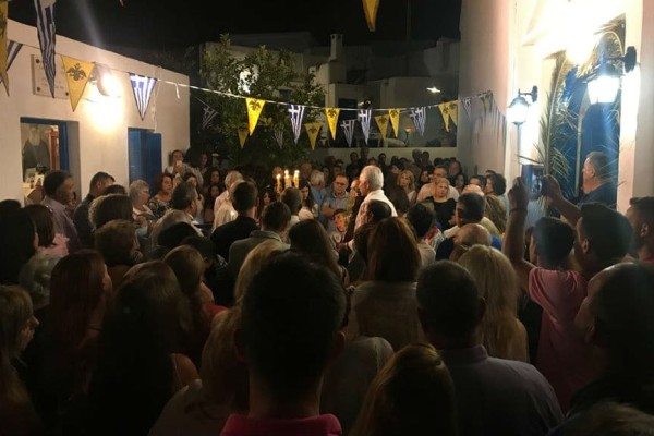 Φωτιά στο Μάτι: Στη Σίφνο αφιέρωσαν την λειτουργία στην αδικοχαμένη οικογένεια Φύτρου (video+photos)