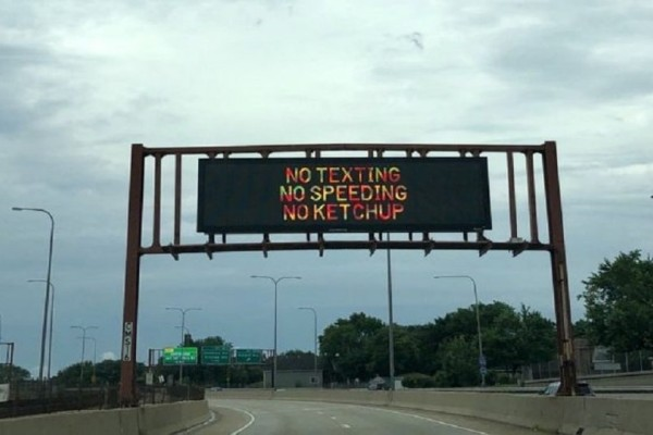 Η πινακίδα που προκαλεί γέλιο σε αυτοκινητόδρομο στο Σικάγο! (photo)