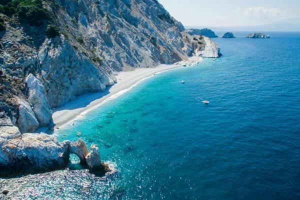 H παραλία που βρίσκεται στην Ελλάδα και έχει τρελάνει τον κόσμο