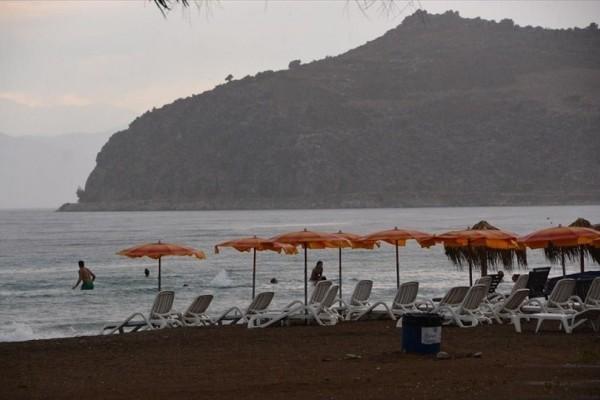 Μαγνησία: Έβρεχε και μπήκε στη θάλασσα με... ομπρέλα! (photo)