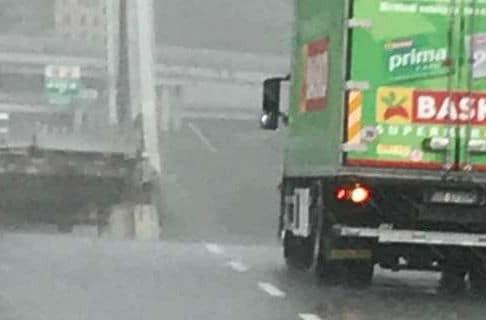 Απίστευτη τύχη είχε ο οδηγός φορτηγού! - Σταμάτησε λίγο πριν το σημείο κατάρρευσης της γέφυρας (video)
