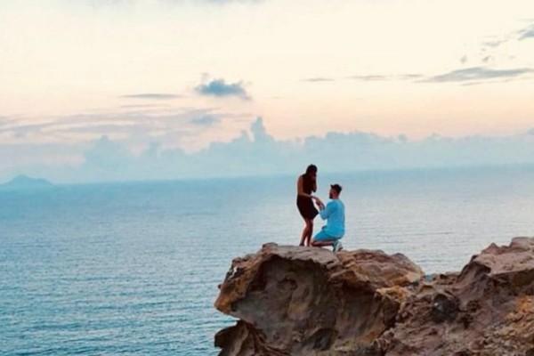 Έχει γίνει viral: Ολόκληρο το Twitter ψάχνει αυτό το ζευγάρι που φωτογραφήθηκε στην Σαντορίνη! (Photo)