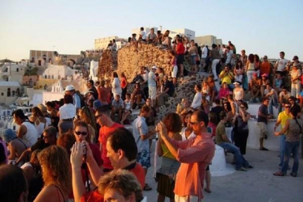 Εκατομμύρια τουρίστες στα ελληνικά νησιά και φέτος! Στο 100% η πληρότητα στα διασημότερα