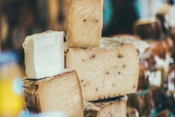 Αυτός είναι ο λόγος που δεν κάνει να τυλίγουμε τα τυριά με μεμβράνη τροφίμων!