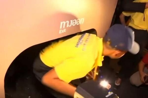 Ταϊλάνδη: Έβαλαν τα 12 μικρά παιδιά να… ξαναζήσουν το μαρτύριο της σπηλιάς (video)!