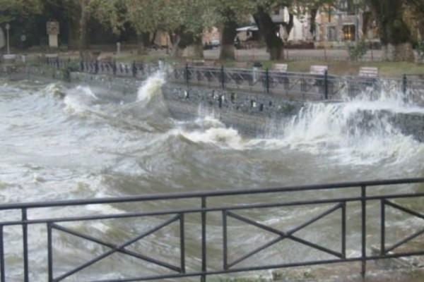 Ιωάννινα: Τεράστια κύματα στη λίμνη - Τα νερά έφτασαν μέχρι την πλατεία