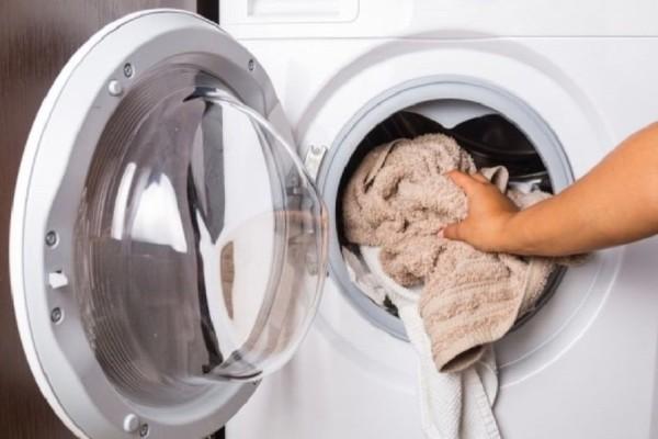 Ένα εύκολο κόλπο: Δείτε τι θα γίνει αν βάλετε μια ασπιρίνη στο πλυντήριο ρούχων!