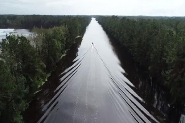 Απίστευτο βίντεο: Αυτοκινητόδρομος χάθηκε κάτω από το νερό!