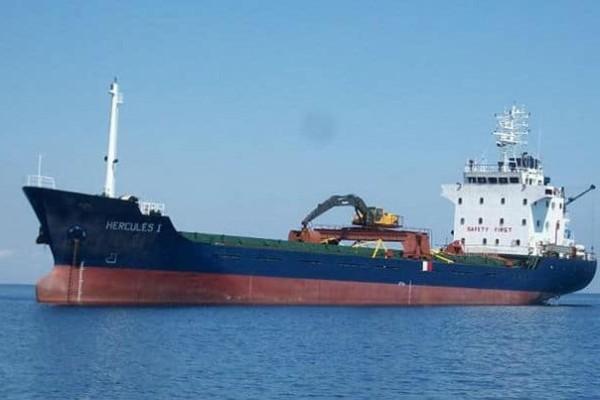 Μηχανική βλάβη σε φορτηγό πλοίο!