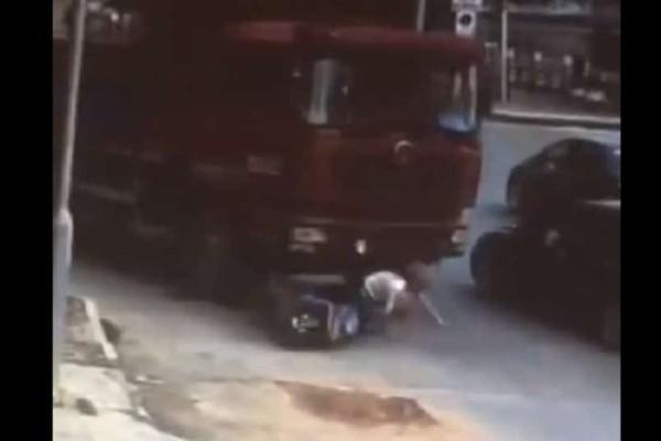 Σοκαριστικό βίντεο: Φορτηγό πάτησε οδηγό σκούτερ!