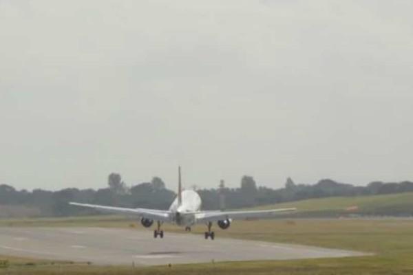 Βίντεο - σοκ από αποτυχημένη προσγείωση: Σαν καρυδότσουφλο, το κάνει ό,τι θέλει ο αέρας!