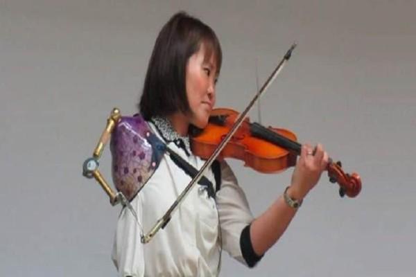 Ραγίζει καρδιές: Παίζει κλασικό βιολί με τεχνητό χέρι! (video)