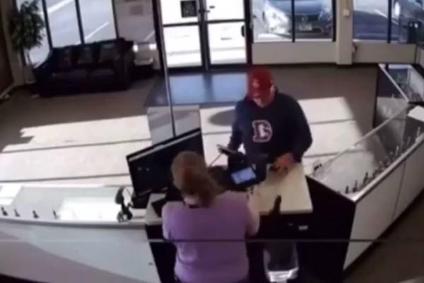 Γκαφατζής ληστής την πάτησε και το έβαλε... στα πόδια (video)