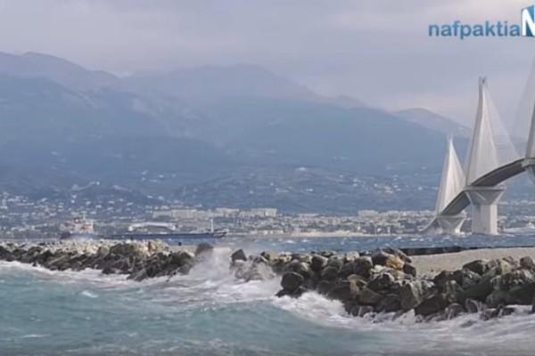 Βίντεο από τους ισχυρούς ανέμους στο Ρίο-Αντίρριο! Κλειστή η πορθμειακή γραμμή
