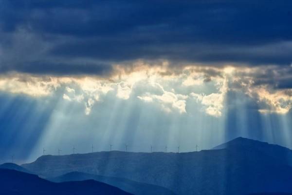 Η φωτογραφία της ημέρας: Οι αχτίνες του ήλιου διαπερνούν τα σύννεφα στην πόλη του Ναυπλίου!