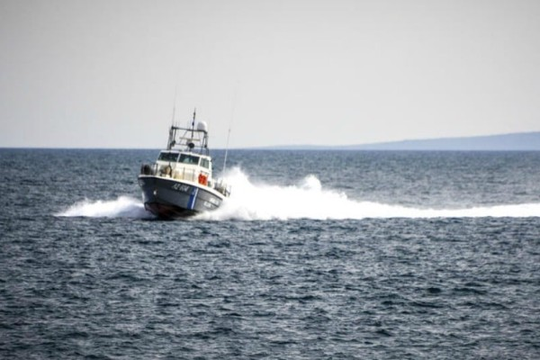 Δεξαμενόπλοιο προσάραξε στη Μήλο - Στο σημείο πλωτό του Λιμενικού