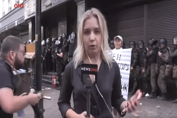 Απίστευτο βίντεο: Χαστούκισαν ρεπόρτερ και της πέταξαν αυγά ενώ ήταν on air!