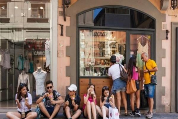 Η ευρωπαϊκή πόλη που απαγορεύει στους τουρίστες να τρώνε στον δρόμο!