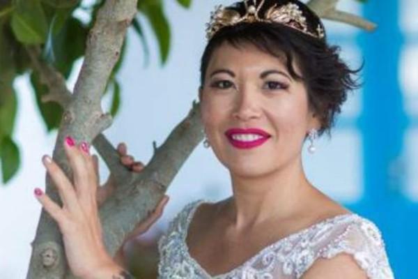 Απίστευτο: 38χρονη Γαλλίδα παντρεύτηκε τον εαυτό της στη Σαντορίνη!
