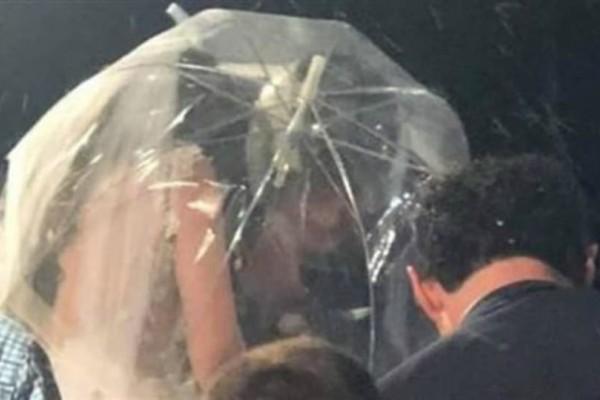 Καλαμάτα: Γαμπρός πήγε στην εκκλησία με κράνος και νύφη με ομπρέλα, χωρίς να βρέχει!