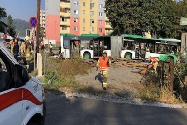 Αυστρία: Ένας νεκρός και 11 τραυματίες από σύγκρουση τρένου με λεωφορείο!