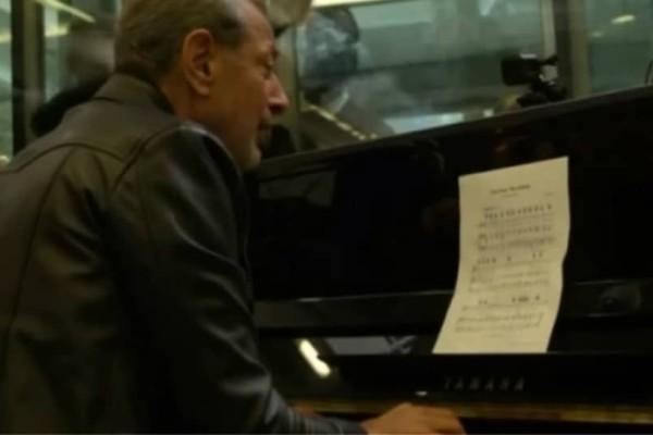 O Τζεφ Γκόλντμπλουμ εμφανίστηκε σε σταθμό του Λονδίνου κι έπαιξε πιάνο! (video)