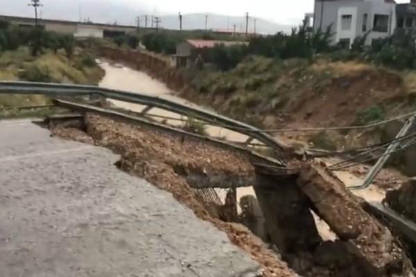 Βίντεο σοκ: Κατέρρευσε γέφυρα στα Μέγαρα!