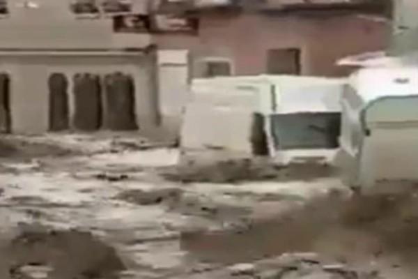 Πανικός στο Τολέδο από ξαφνική πλημμύρα: Αυτοκίνητα παρασύρονται σαν καρυδότσουφλα σε χωριό