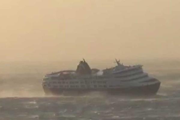 Συγκλονιστικό βίντεο από το λιμάνι της Τήνου! - Ο αέρας έγειρε στο πλάι το πλοίο
